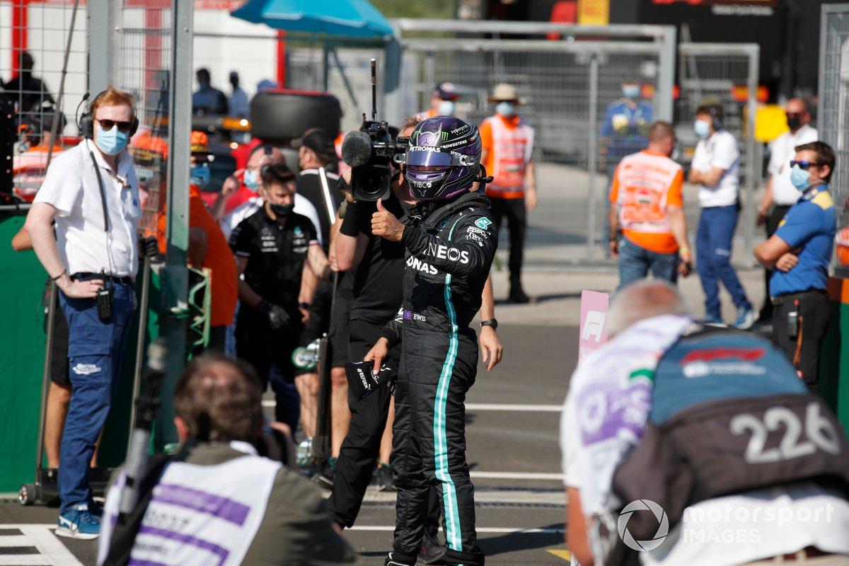 Ganador de la pole, Lewis Hamilton, Mercedes, en el Parc Ferme tras la clasificación