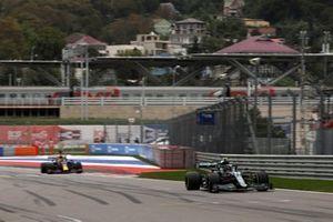 Sebastian Vettel, Aston Martin AMR21, Max Verstappen, Red Bull Racing RB16B