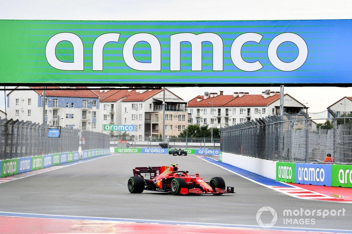 Carlos Sainz Jr., Ferrari SF21, Lewis Hamilton, Mercedes W12