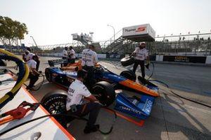 Felix Rosenqvist, Arrow McLaren SP Chevrolet, avec des membres de son équipe