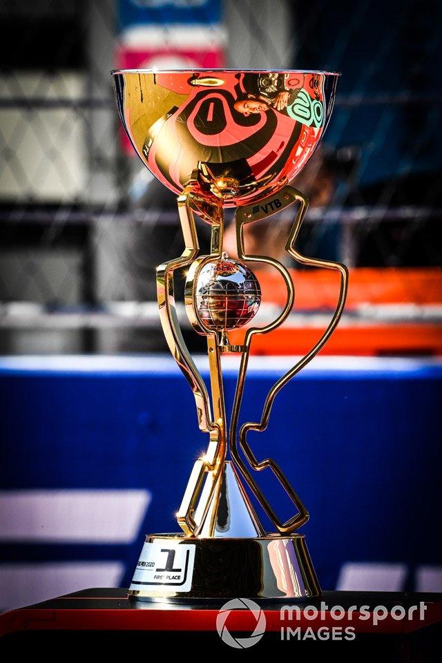 El trofeo en la parrilla