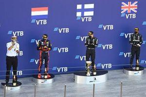 Dimitry Kozak overhandigt een trofee, Max Verstappen, Red Bull Racing, Valtteri Bottas, Mercedes-AMG F1, Lewis Hamilton, Mercedes-AMG F1