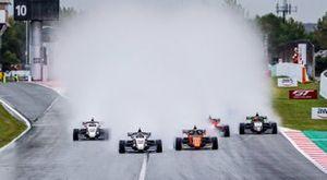 La salida de la Carrera 1 de la Fórmula Renault en Barcelona