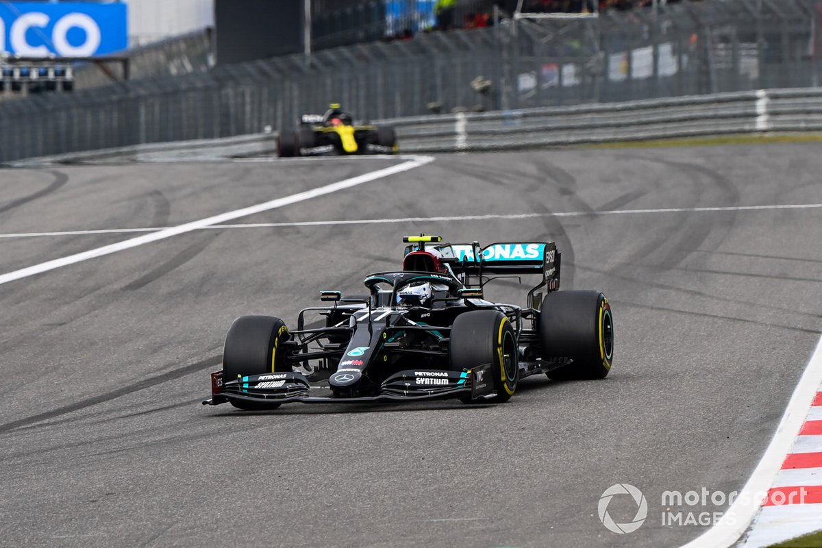 Valtteri Bottas, Mercedes F1 W11, Esteban Ocon, Renault F1 Team R.S.20