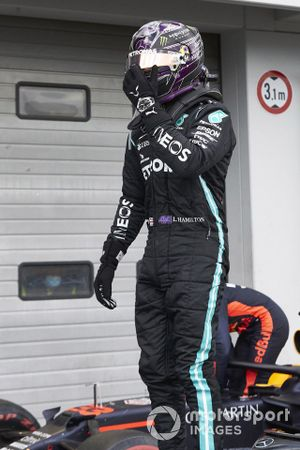 Lewis Hamilton, Mercedes-AMG F1, 1ª posición, celebra a su llegada a Parc Ferme