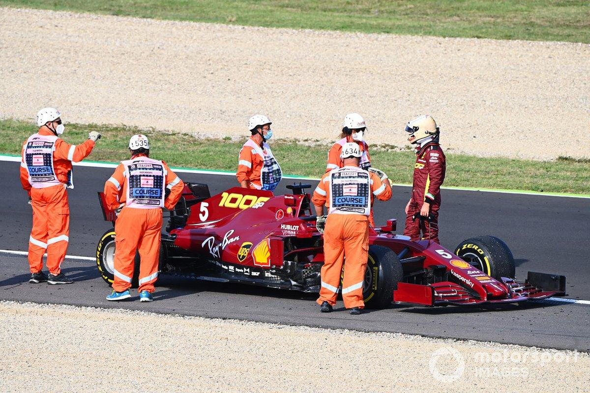 Los oficiales asisten mientras Sebastian Vettel, Ferrari SF1000 se detiene en la pista