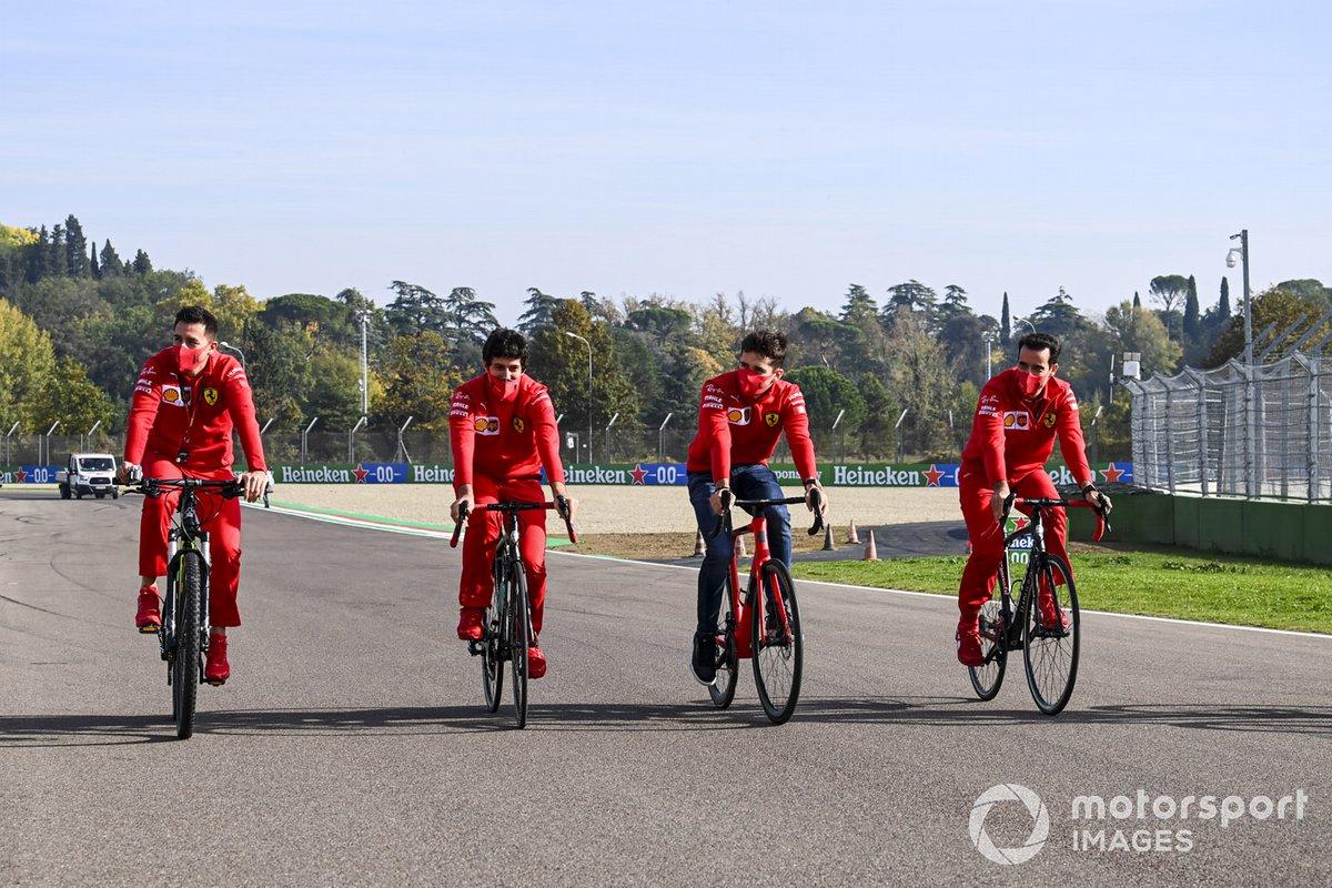 Charles Leclerc, Ferrari, recorre el circuito de Imola en bici con compañeros