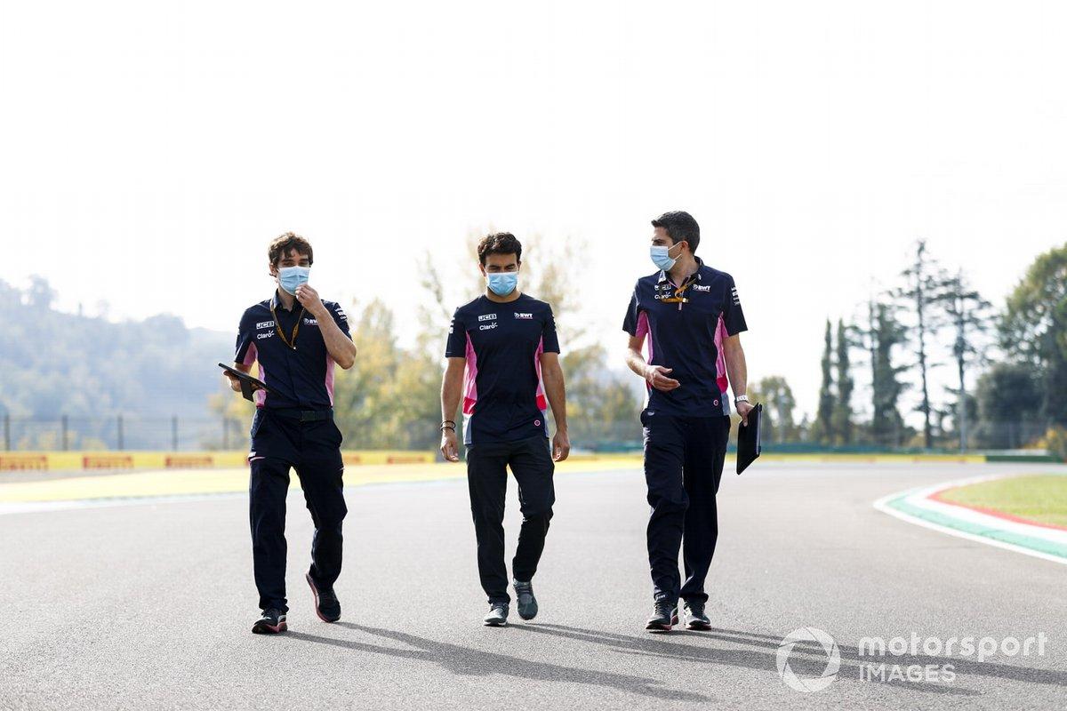 Sergio Perez, Racing Point, percorre il circuito con i colleghi