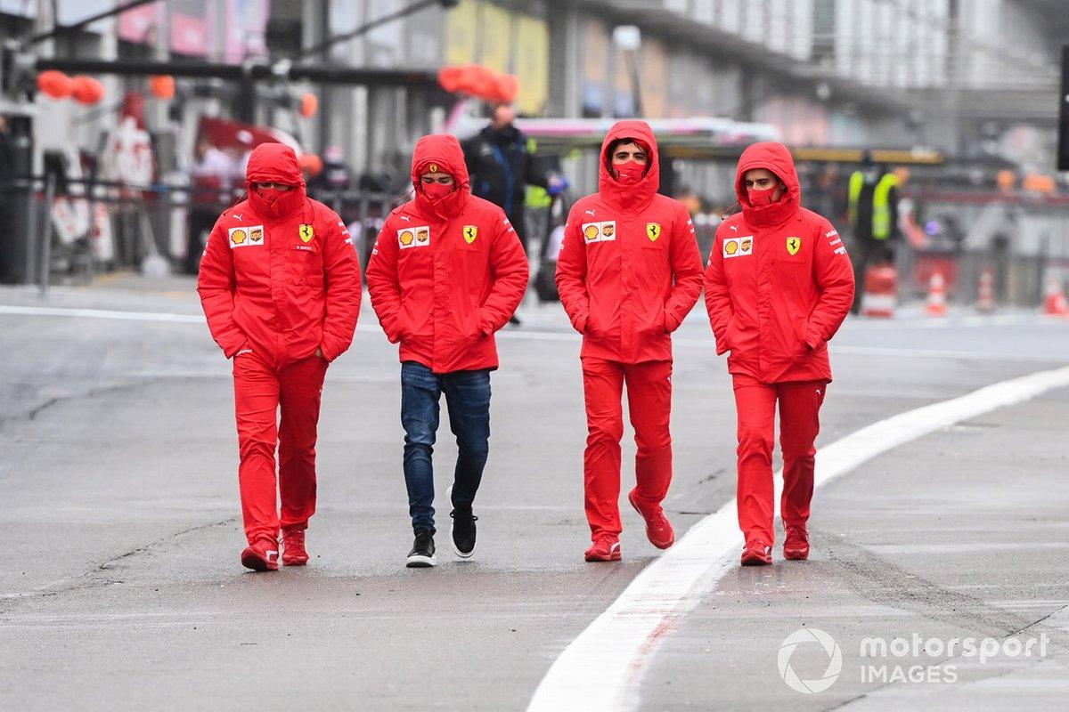 Charles Leclerc, Ferrari, recorre la pista con miembros del equipo