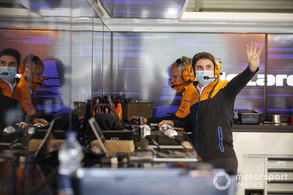 Miembro del equipo McLaren en el garaje