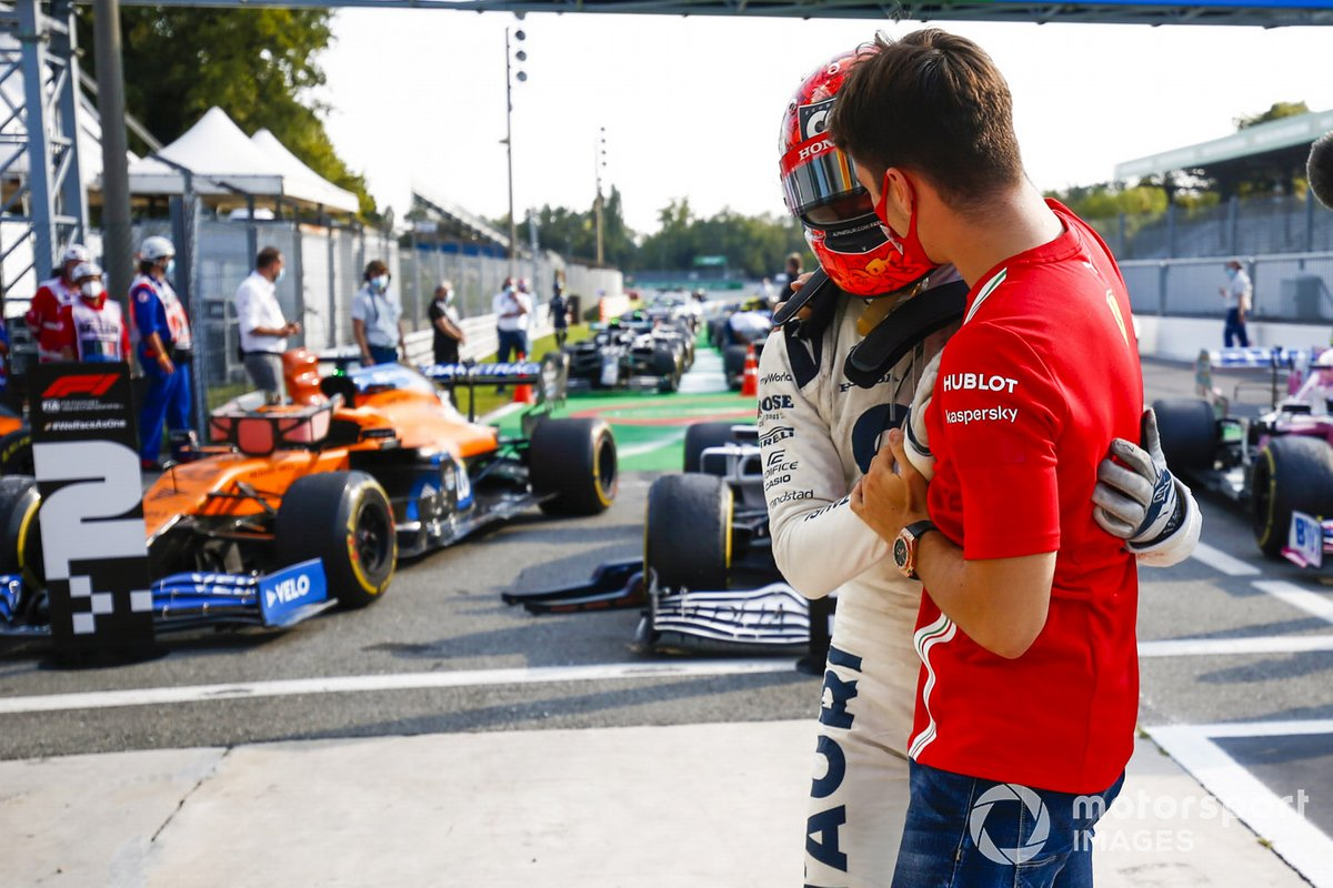 Pierre Gasly, AlphaTauri, primo classificato festeggia con Charles Leclerc, Ferrari al parc ferme