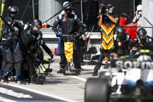 Nicholas Latifi, Williams FW43, makes a pit stop