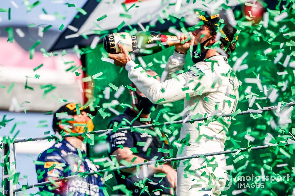 Pierre Gasly, AlphaTauri, primo classificato, festeggia la vittoria sul podio