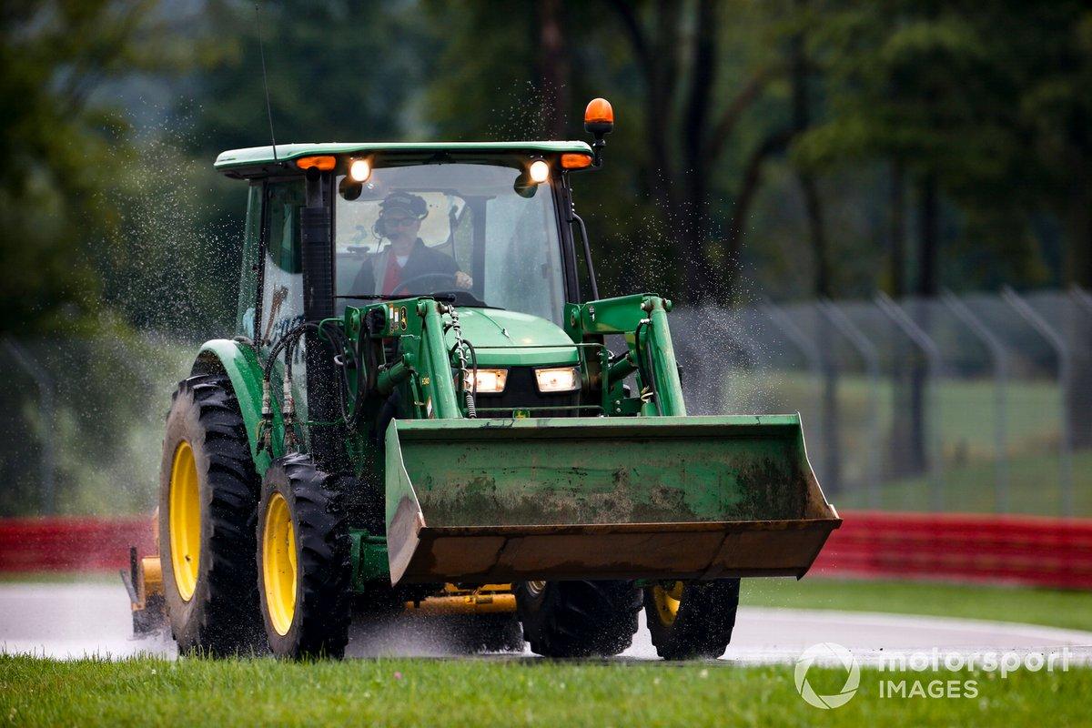 El tractor del equipo de seguridad despeja la pista en Mid-Ohio sobre mojado antes del comienzo de la clasificación