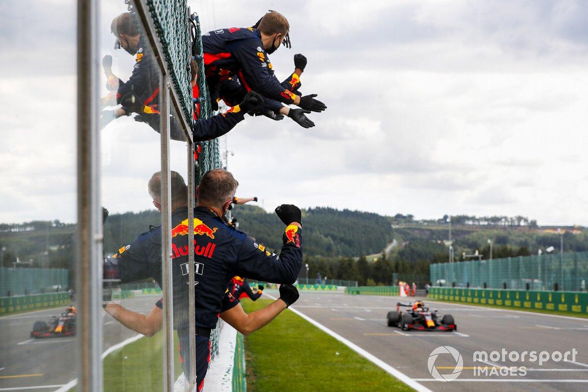 Max Verstappen, Red Bull Racing RB16 taglia la linea del traguardo e festeggia con il team