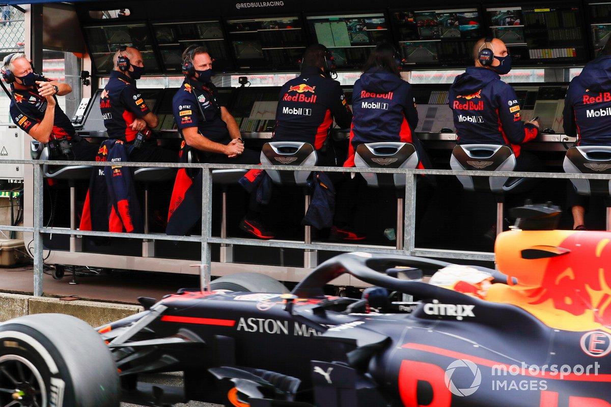 Макс Ферстаппен, Red Bull RB16, проезжает мимо мостика своей команды