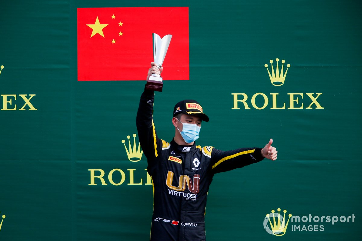 Mick Schumacher, Prema Racing, il vincitore Robert Shwartzman, Prema Racing e Guanyu Zhou, UNI-Virtuosi festeggia sul podio con lo champagne