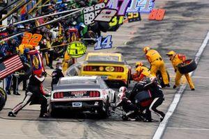 Brad Keselowski, Team Penske, Ford Mustang Discount Tire y Joey Logano, Team Penske, Ford Mustang Shell Pennzoil