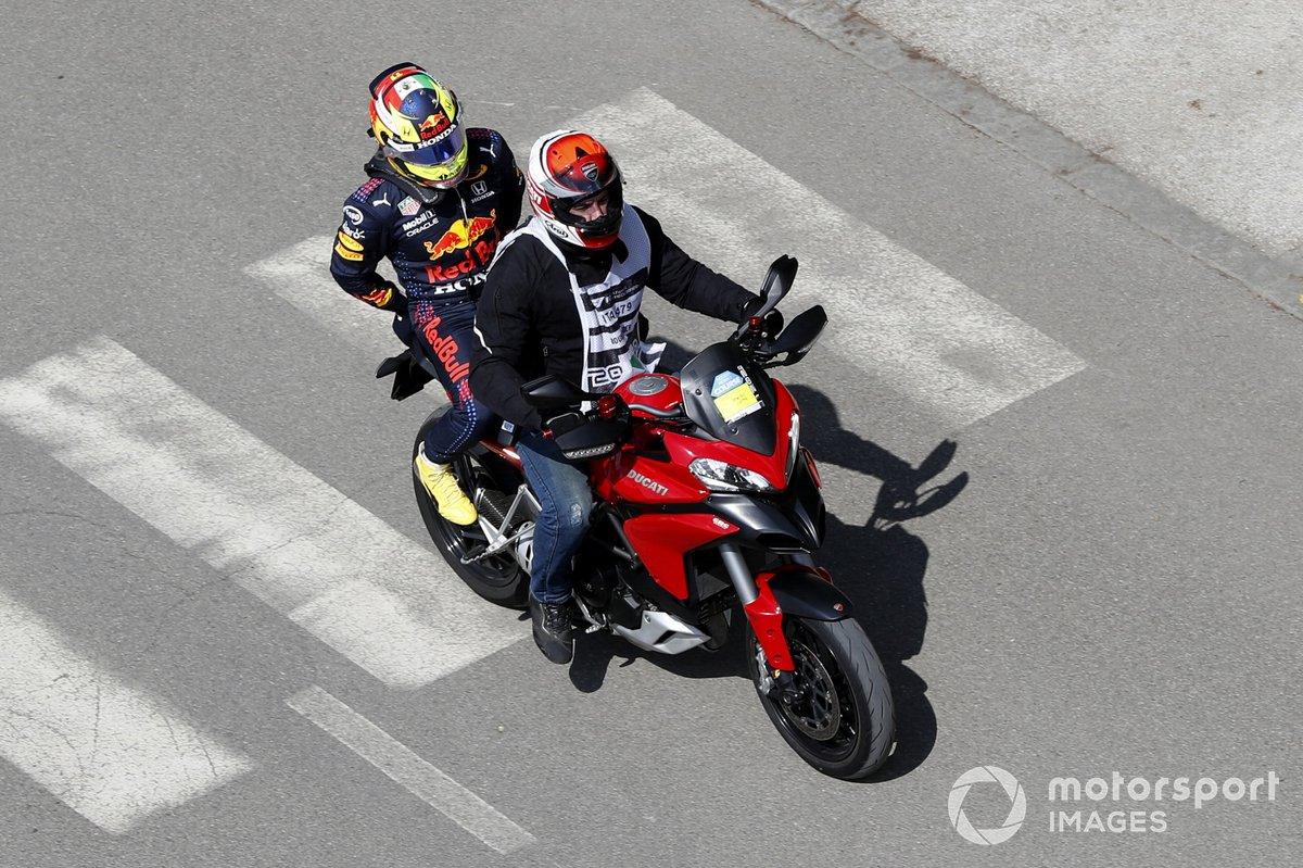 Sergio Pérez, Red Bull Racing, regresa a pits después de chocar