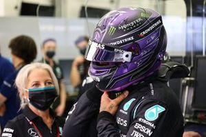 Lewis Hamilton, Mercedes, ajuste son casque