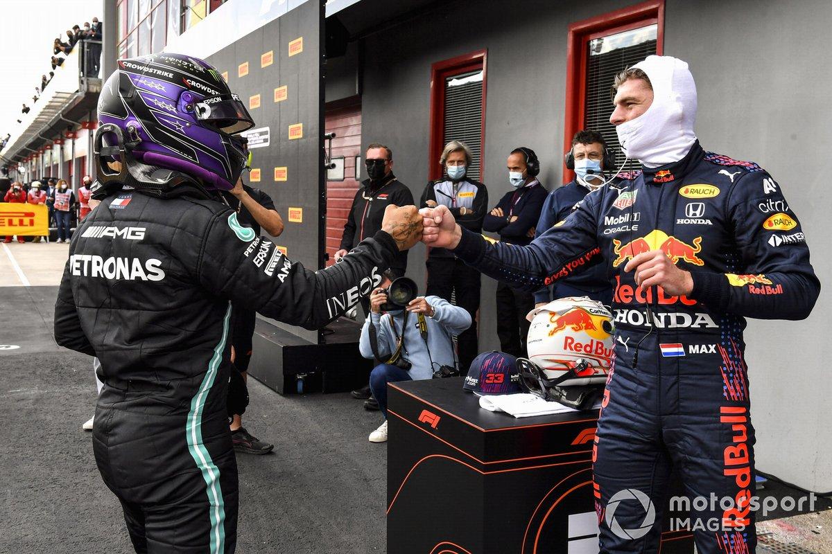 Max Verstappen, Red Bull Racing, felicita al ganador de la pole, Lewis Hamilton, Mercedes, en el Parc Ferme