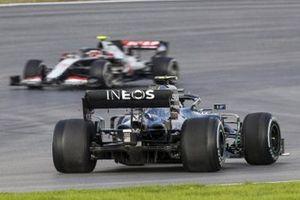 Valtteri Bottas, Mercedes F1 W11, spins ahead of Kevin Magnussen, Haas VF-20