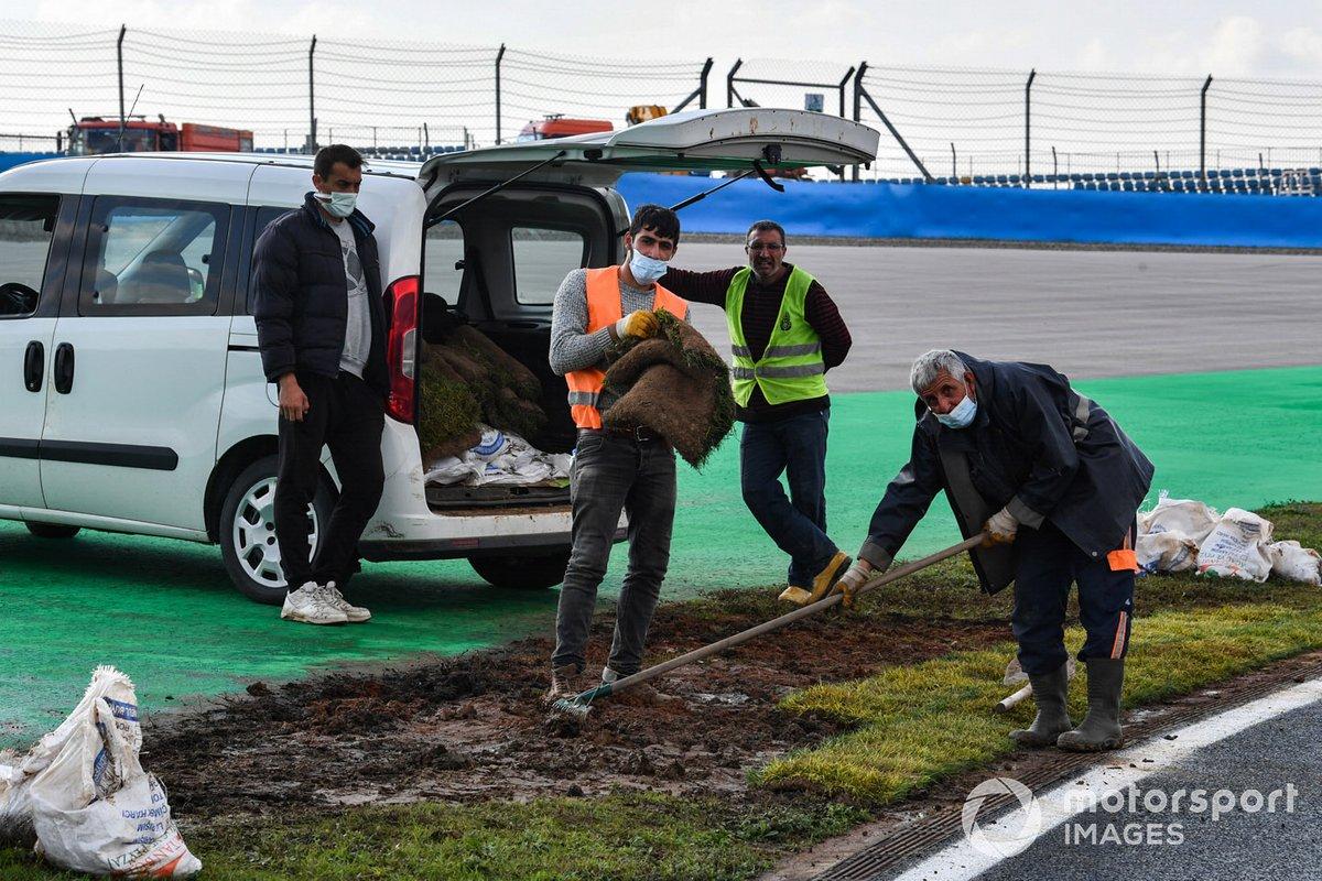 Personal del circuito trabajando en la pista