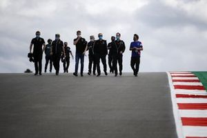 Fernando Alonso, Alpine F1, walks the track with his engineers