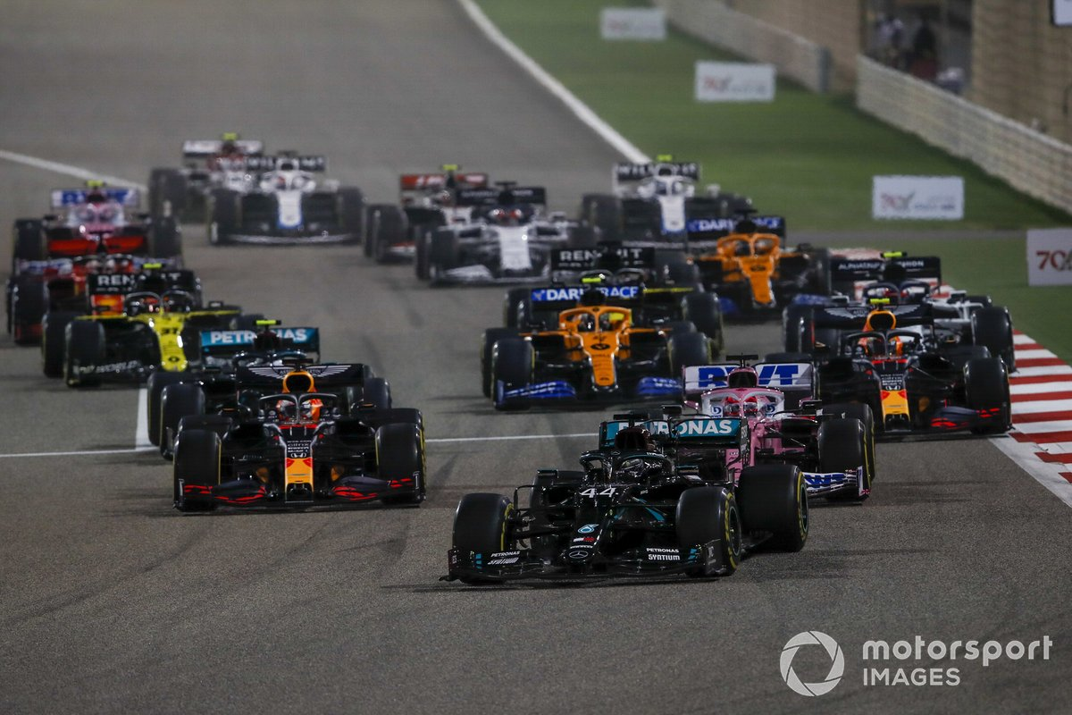 Lewis Hamilton, Mercedes F1 W11, Max Verstappen, Red Bull Racing RB16 and Sergio Pérez, Racing Point RP20 al inicio