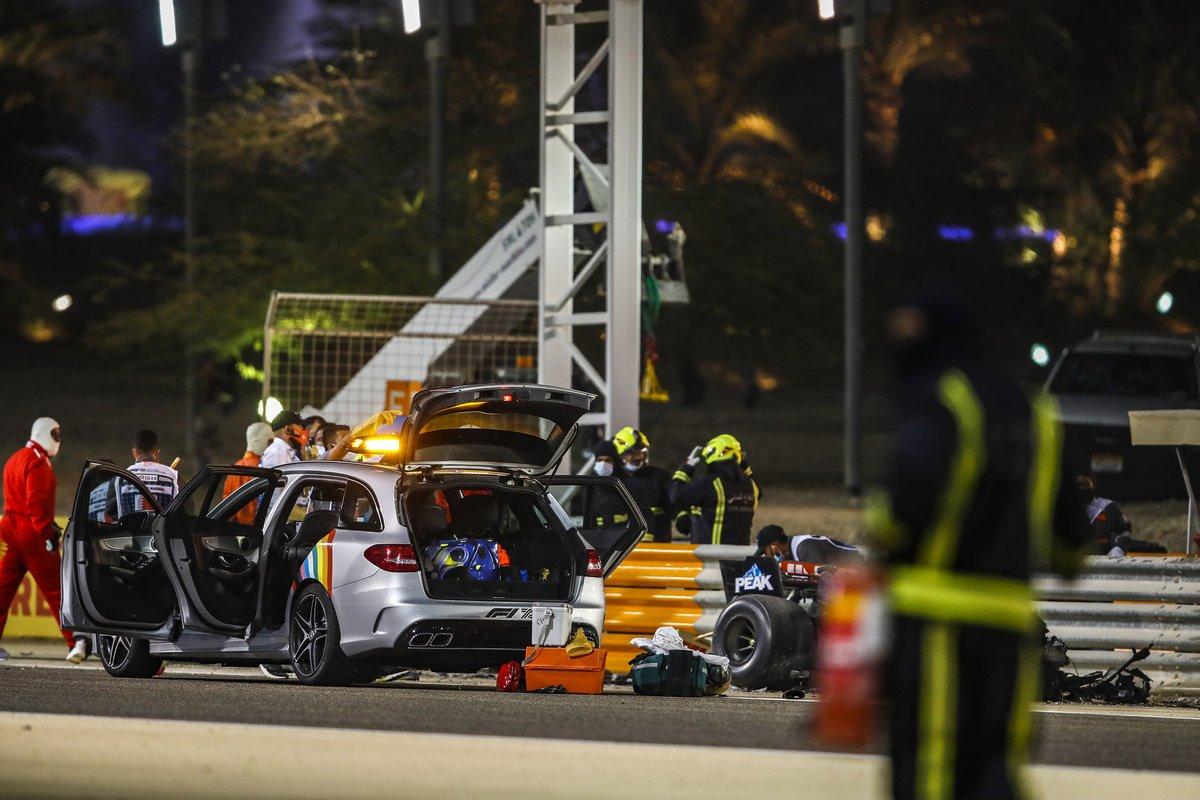 El coche médico al lado del circuito