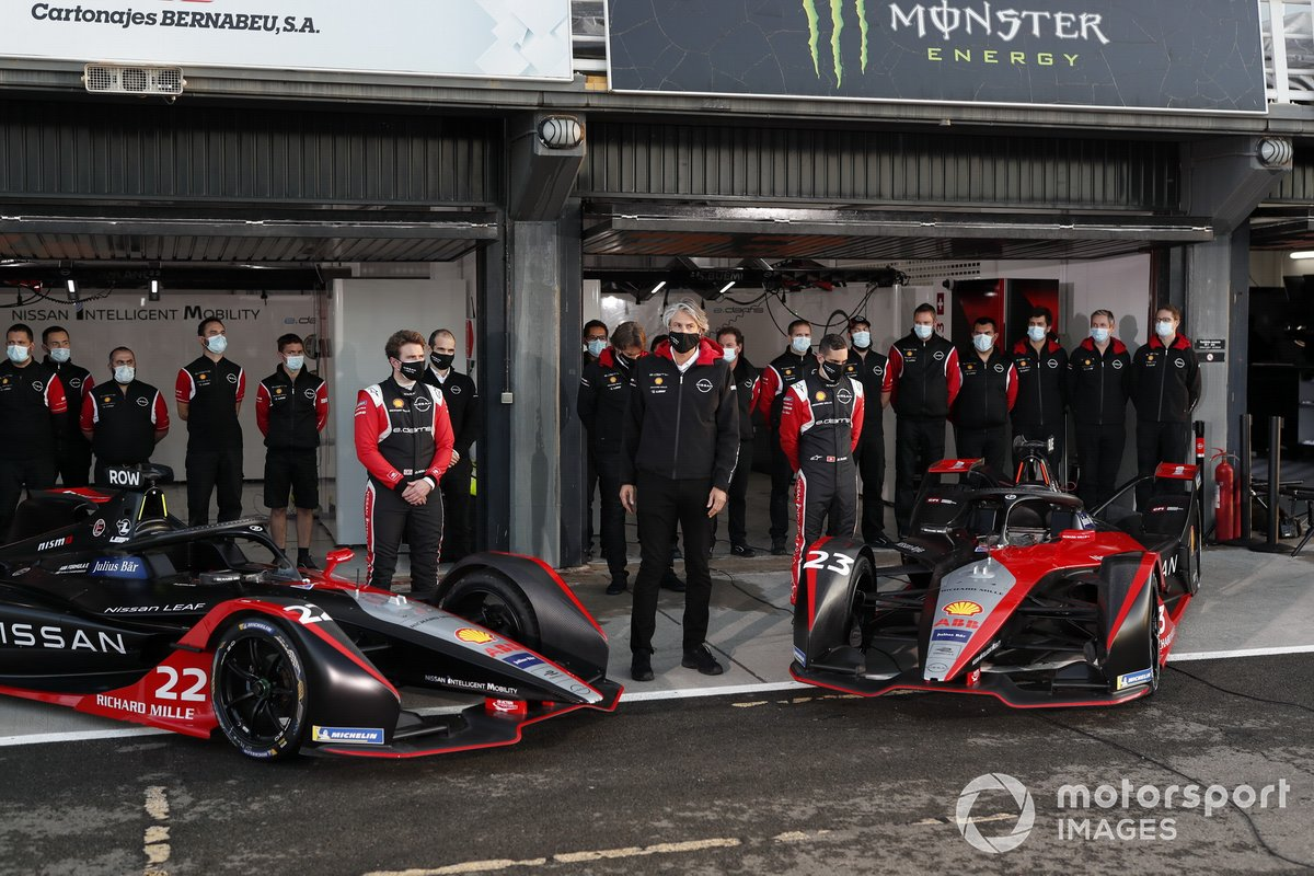 Sebastien Buemi, Nissan e.dams, Oliver Rowland, Nissan e.dams stand with team for photo
