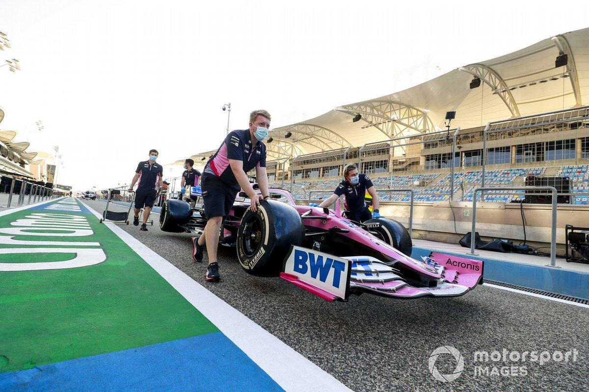 Mecánicos empujan el monoplaza de Lance Stroll de Racing Point RP20 a los pits