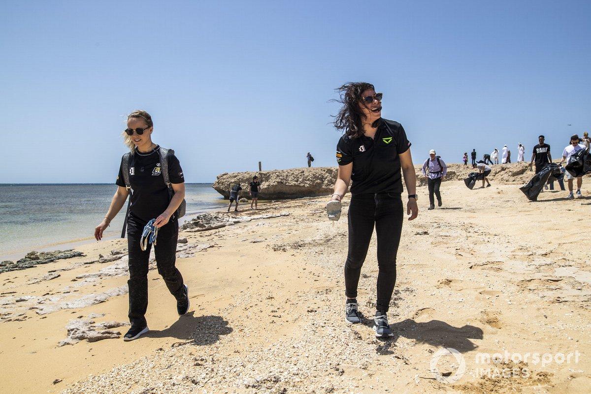 Mikaela Ahlin-Kottulinsky, JBXE Extreme-E Team, y Jamie Chadwick, Veloce Racing, limpian la playa
