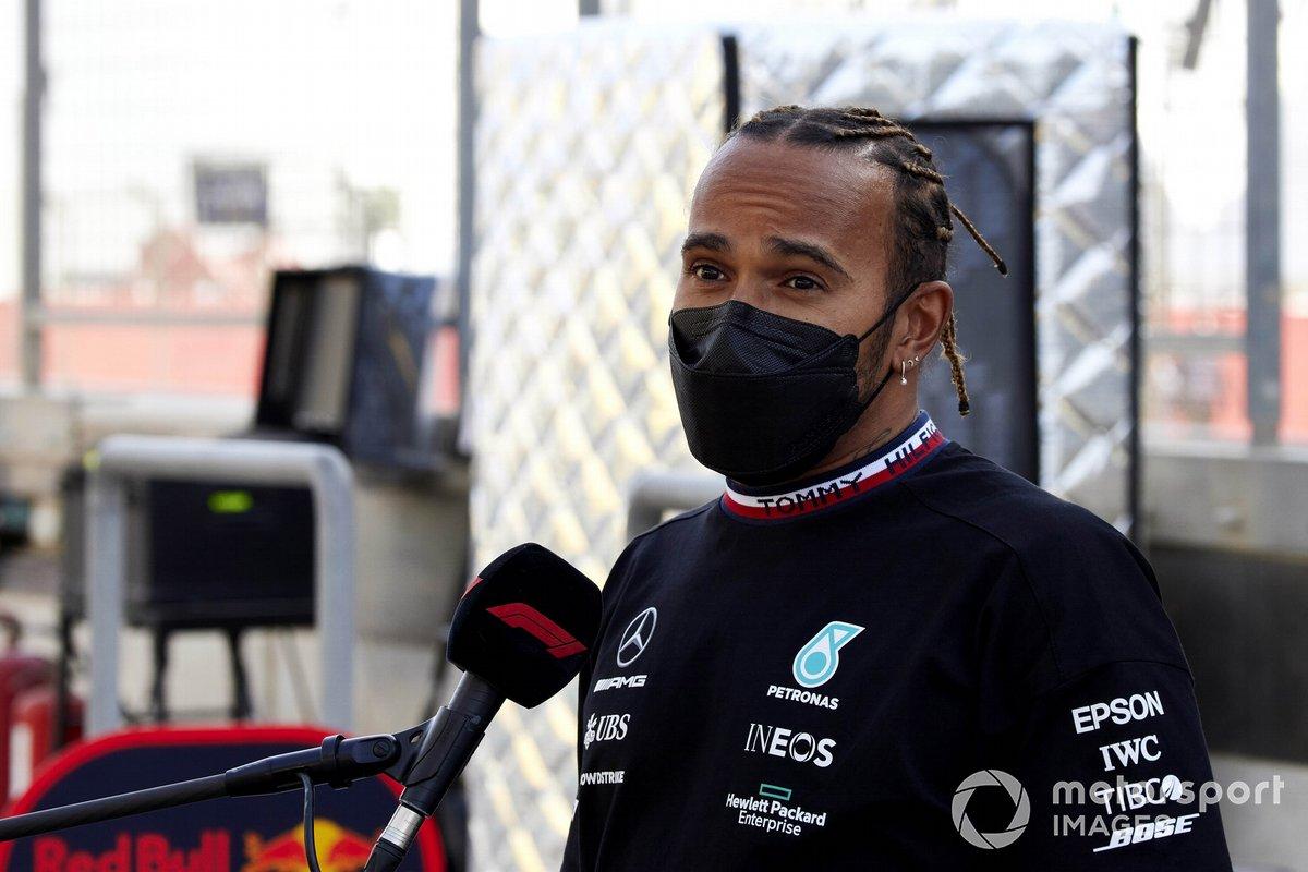 Lewis Hamilton, Mercedes, viene intervistato