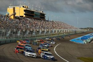 Brad Keselowski, Team Penske, Ford Mustang and Chris Buescher, Roush Fenway Racing, Ford Mustang lead the field