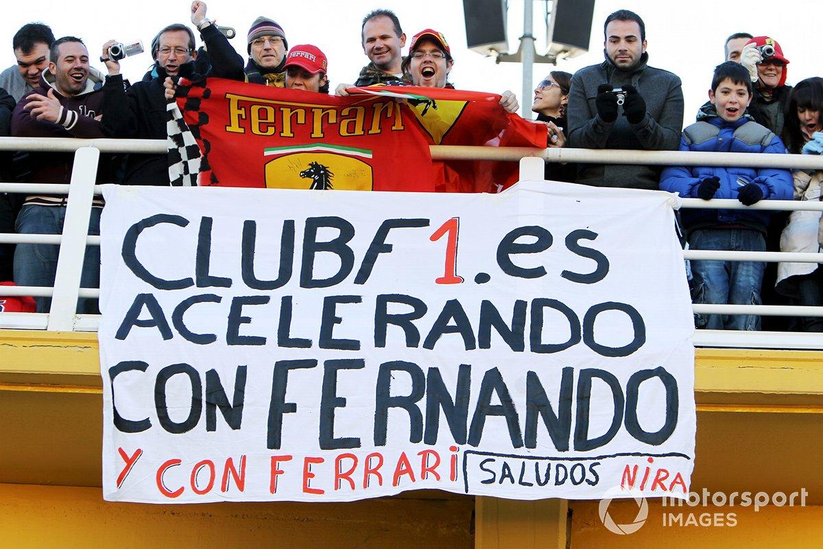 Fans y pancartas de Fernando Alonso en su debut con Ferrari