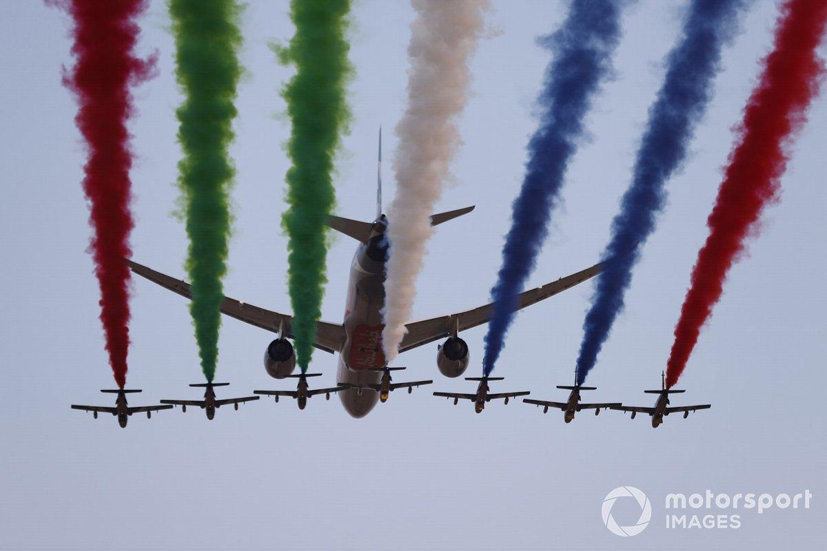 El equipo de exhibición de la Fuerza Aérea de los EAU, Al Fursan, escolta un Boeing 787 Dreamliner de Etihad sobre el circuito