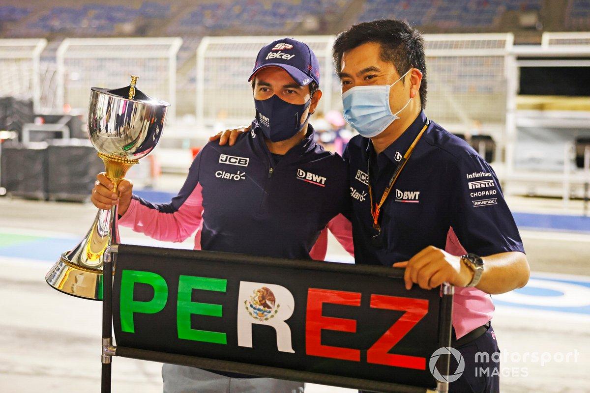 Sergio Perez, Racing Point, primo classificato, festeggia con il team