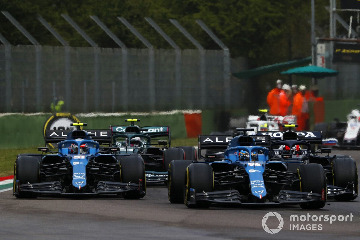 Fernando Alonso, Alpine A521, in battaglia con Esteban Ocon, Alpine A521, alla ripartenza
