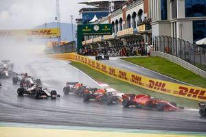 Себастьян Феттель, Ferrari SF1000, Алекс Элбон и Макс Ферстаппен, Red Bull Racing RB16, Кевин Магнуссен, Haas VF-20, и другие гонщики после старта
