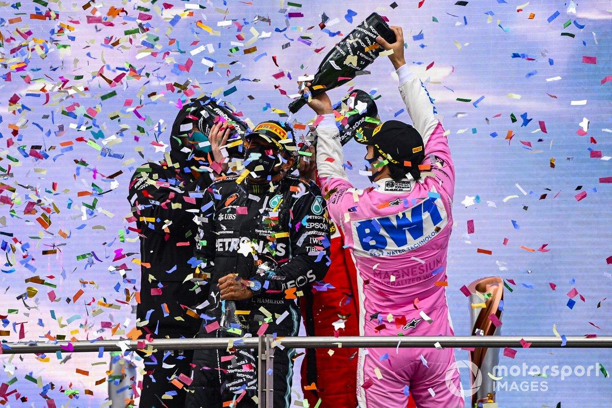 Podio: ganador y campeón del mundo Lewis Hamilton, Mercedes-AMG F1 con Toto Wolff, Director Ejecutivo Mercedes AMG, segundo lugar Sergio Pérez, Racing Point, y tercer lugar Sebastián Vettel, Ferrari