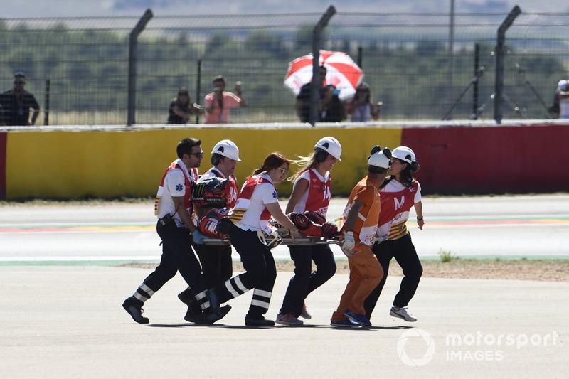 Jorge Lorenzo tuvo que ser evacuado en camilla de Motorland tras caerse en la primera curva de la carrera.
