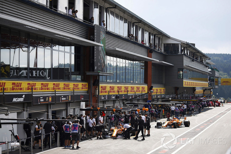 Le McLarens di Stoffel Vandoorne, McLaren MCL33, e Lando Norris, McLaren MCL33, ai box