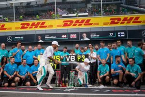 Lewis Hamilton, Mercedes AMG F1 celebrates with Valtteri Bottas, Mercedes AMG F1 and the team and the champagne
