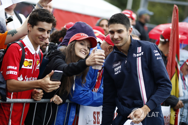 Esteban Ocon, Racing Point Force India F1 Team fans selfie