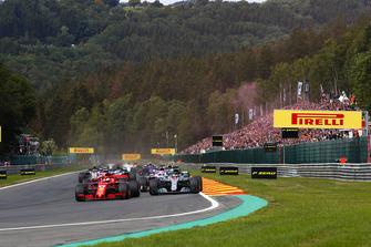 Sebastian Vettel, Ferrari SF71H, voor Lewis Hamilton, Mercedes AMG F1 W09, Sergio Perez, Racing Point Force India VJM11, en Esteban Ocon, Racing Point Force India VJM11, bij de start