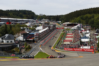 Lewis Hamilton, Mercedes AMG F1 W09, leads Sebastian Vettel, Ferrari SF71H, Esteban Ocon, Racing Point Force India VJM11, Sergio Perez, Racing Point Force India VJM11, and the rest of the pack at the start