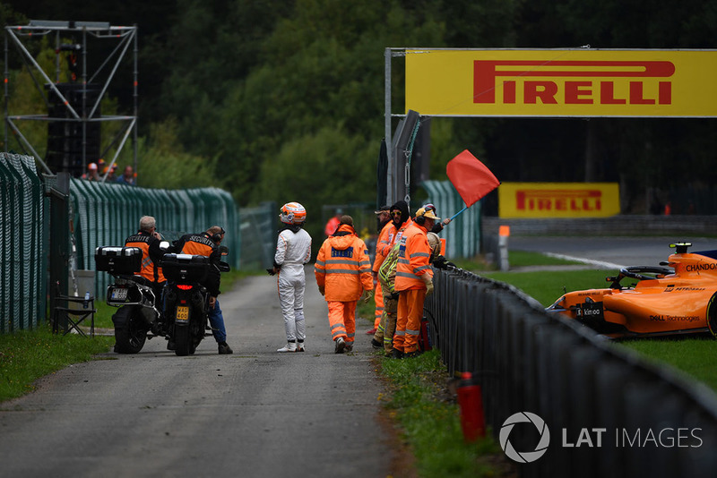 Red flag after Stoffel Vandoorne, McLaren MCL33 crashed in FP3