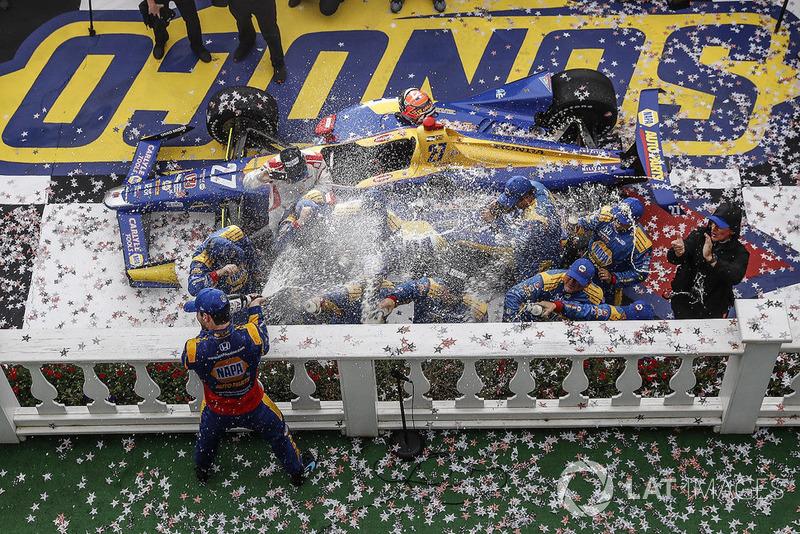 Podio: Alexander Rossi, Andretti Autosport Honda, champagne