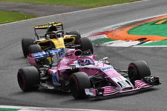 Sergio Perez, Racing Point Force India VJM11 en Carlos Sainz Jr., Renault Sport F1 Team R.S. 18